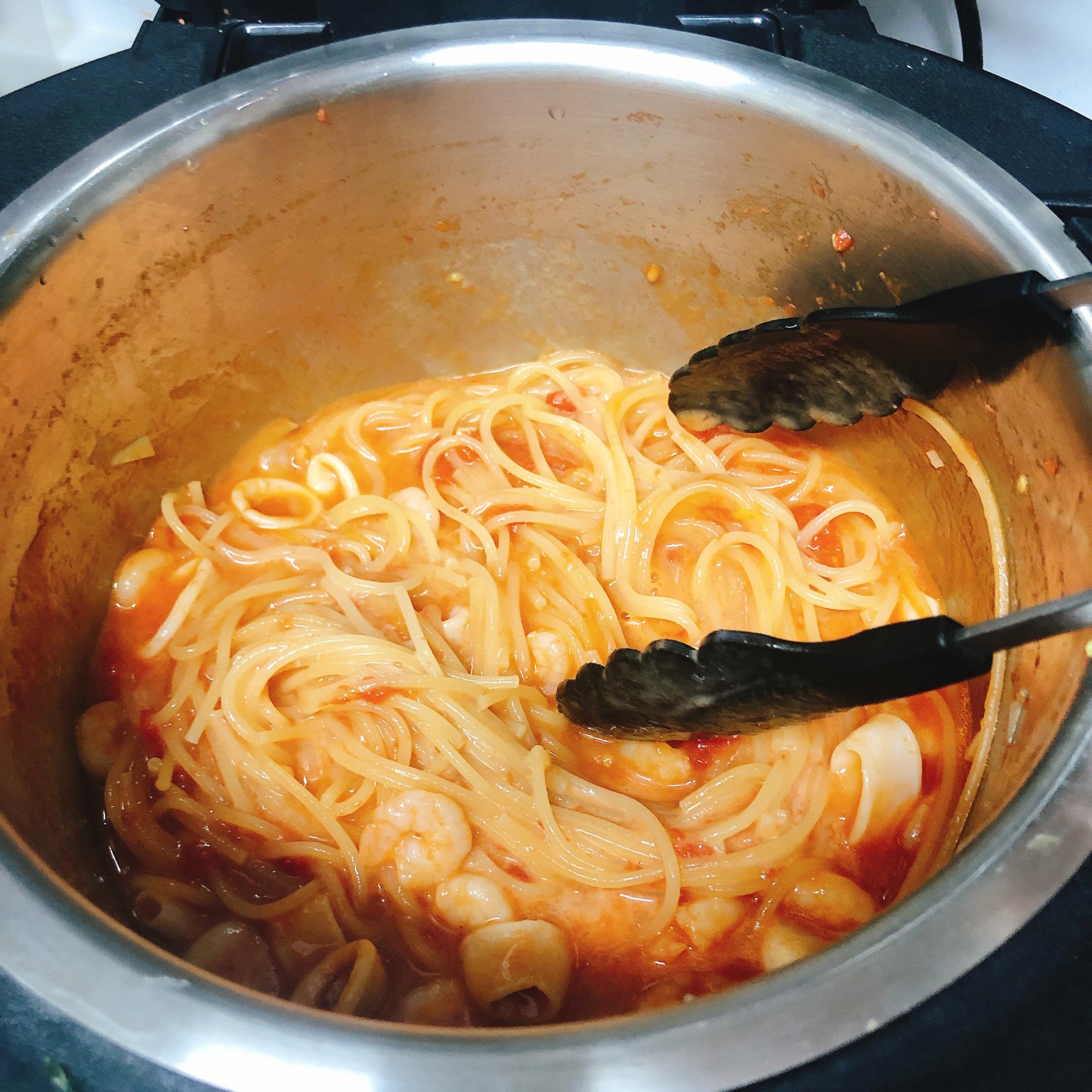 ホットクックでパスタごとゆでるトマトクリームパスタ混ぜる